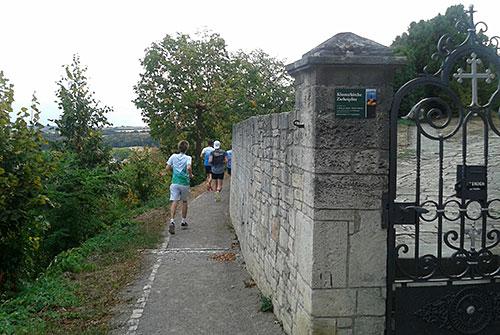 Läufer am Kloster Zscheiplitz