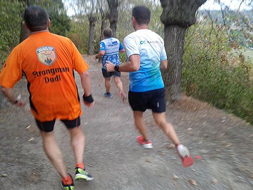Läufer-Gruppe läuft bergab