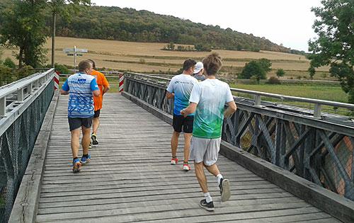 Läufer auf der Brücke am Wehr Zeddenbach