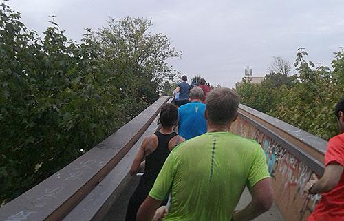 Halbmarathon-Läufer auf der Brücke