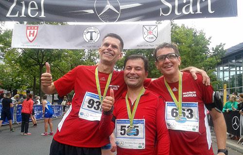 startblog-f-Läufer im Ziel des Halbmarathons in Tegel, 2018