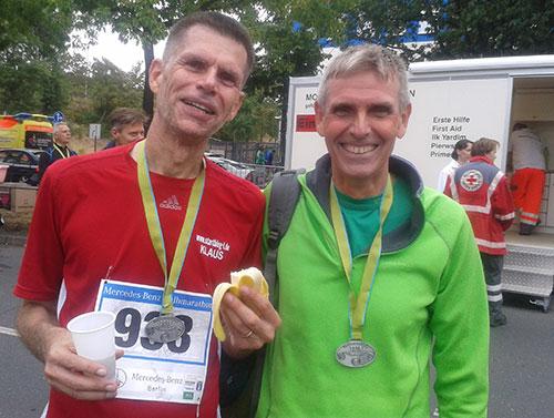 Zufriedene Läufer mit Medaillen im Ziel