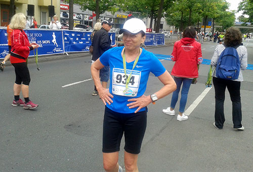 Läuferin im Ziel des Tegel-Halbmarathons 2018