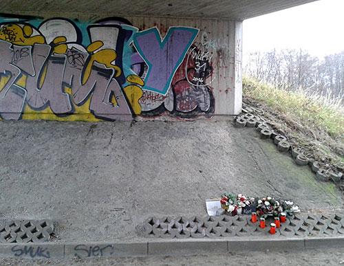 Bahnunterführung mit privater Gedenkstelle