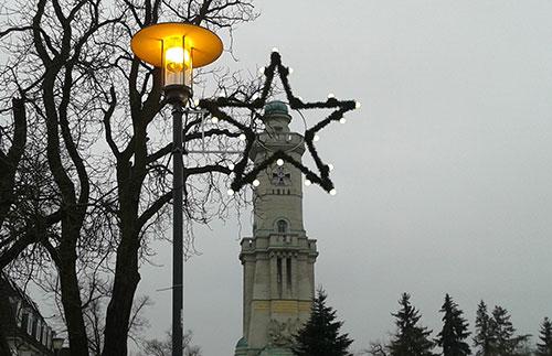 Blick durch einen Weihnachtsstern auf den Turm in Großbeeren