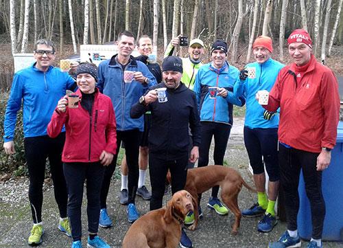 Läufer mit Heißgetränk zum Jahresende