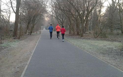 Läufer auf dem Hochspannungsweg