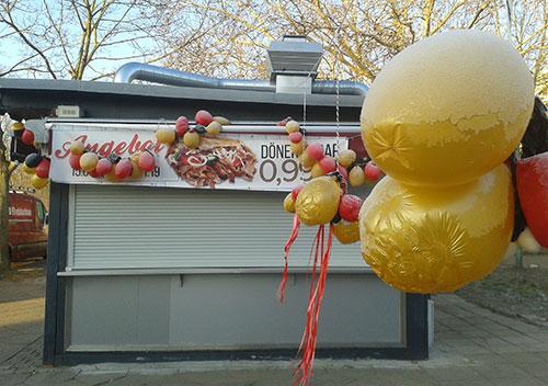 Döner-Imbiss mit Luftballons