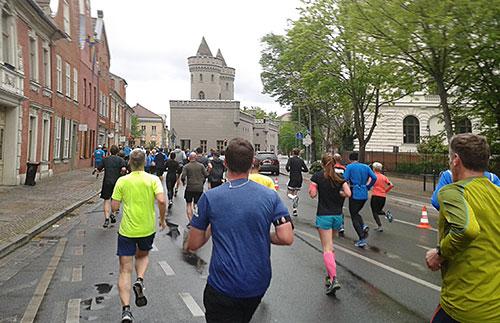 Läuferinnen und Läufer vor dem Nauener Tor