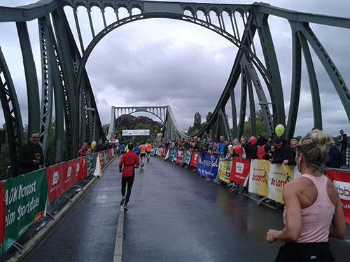 Drittelmarathon-Zieleinlauf auf der Glienicker Brücke