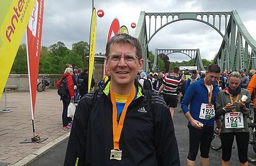 Läufer mit Medaille des Potsdamer Drittelmarathon 2019