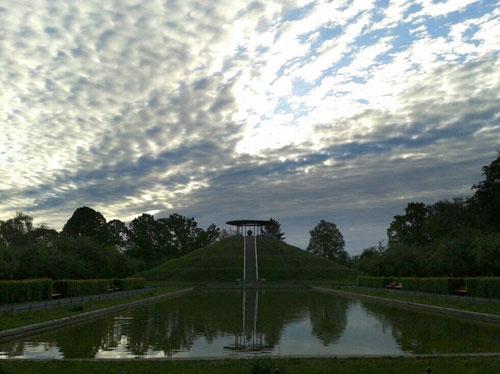 Dramatische Wolken über dem Lilienthal-Denkmal