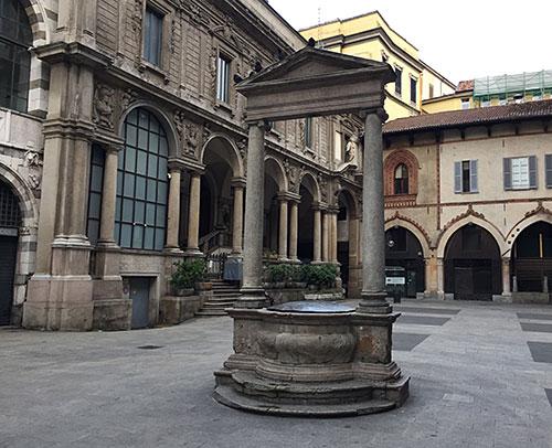 Historischer Brunnen auf der Piazza dei Mercanti