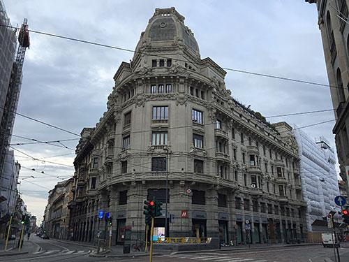 Imposantes altes Haus an einer Kreuzung
