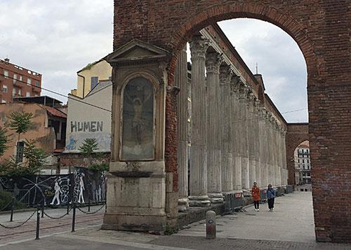 Blick auf römische Säulen und Christus-Bild