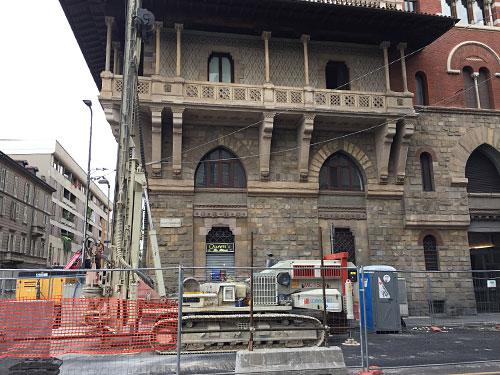 Historisches Gebäude mit Baustelle