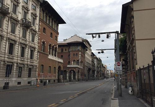 Blick auf die leere Straße