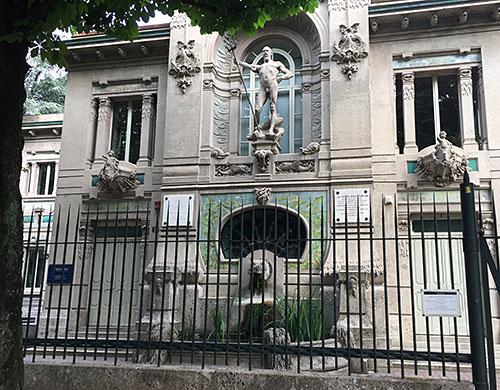 Fassade Acquario Civico mit Skulptur
