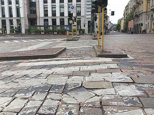 Straßenkreuzung mit abgeblätterten Zebrastreifen
