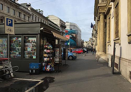 Straße mit Zeitschriftenkiosk