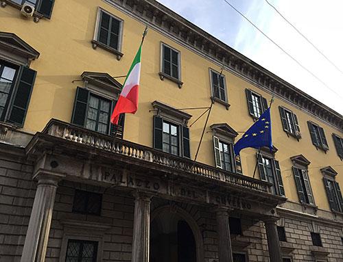 Verwaltungsgebäude mit Italien- und Europa-Flagge
