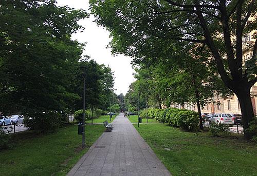 Parkweg auf dem Mittelstreifen der Viale Bianca Maria