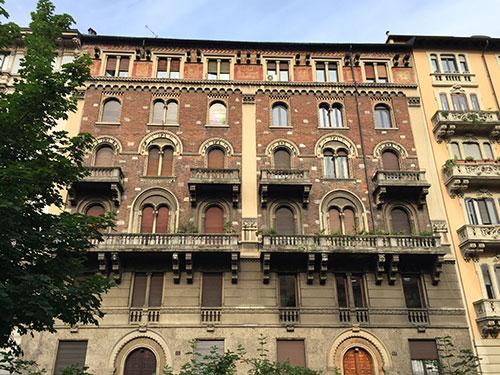 Schönes Backstein-Haus mit Fensterbögen