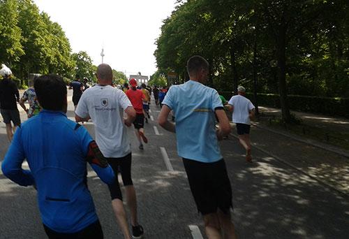 Läufer des S25-Laufs vor dem Brandenburger Tor