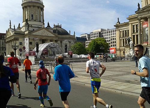 Läufer des S25-Laufs 2019 am Gendarmenmarkt