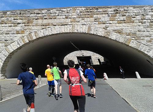 Läuferfeld des S25 25-km-Laufs auf der Einfahrt zur Tiefgarage des Berliner Olympiastadions