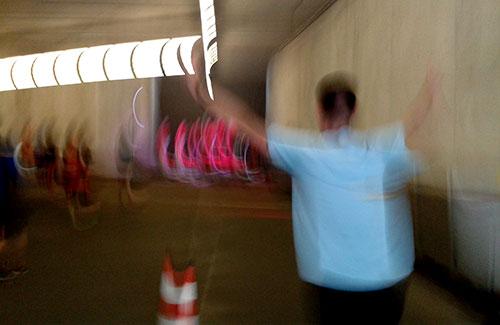 Schemenhaft erkennbare Läufer und Trommelgruppe in der Tiefgarage