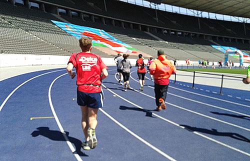 Läufer auf der blauen Tartanbahn des Berliner Olympiastadions