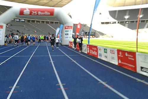Zieleinlauf des S25-Laufs im Olympiastadion