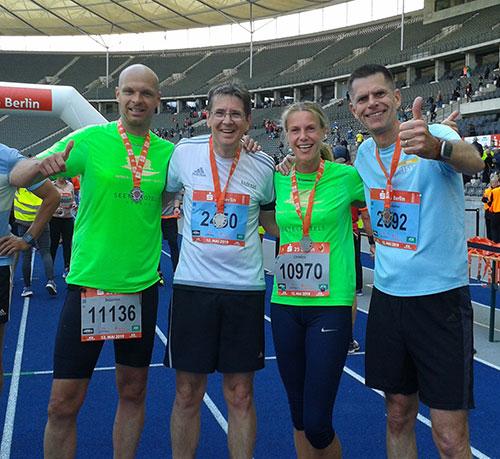 Läufer-Gruppenbild im Ziel des S25-Laufs Berlin 2019