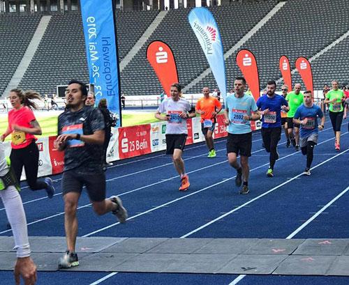 Läuferinnen und Läufer beim Zieleinlauf auf der blauen Tartanbahn