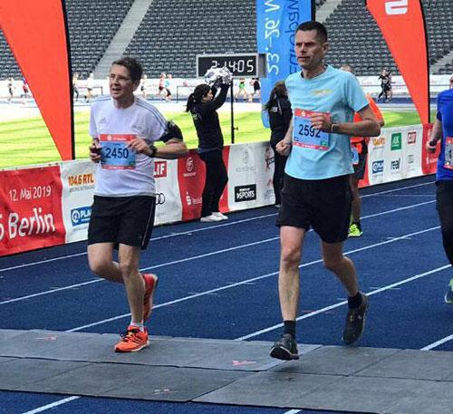 Läufer im Ziel des S25 im Olympiastadion