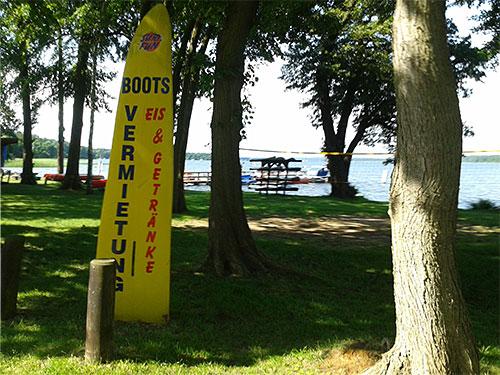 Werbung für eine Bootsvermietung