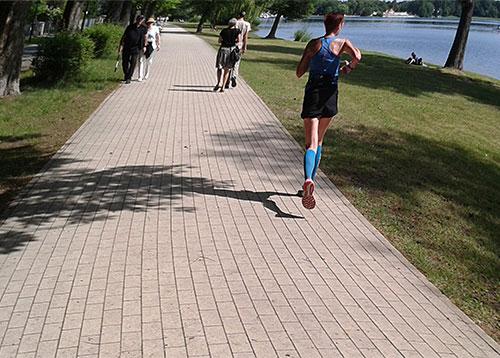 Läuferin auf der Ludwig-Lesser-Promenade