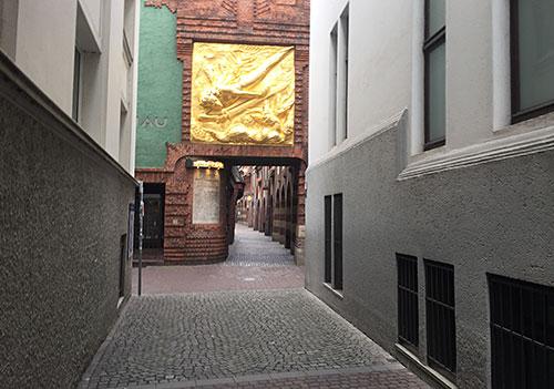 Eingang zur Böttcherstraße mit dem goldenen Lichtbringer