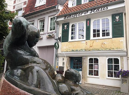 Skulptur mit Wasserspiel vor dem Schiffer-Haus im Bremer Schnoor