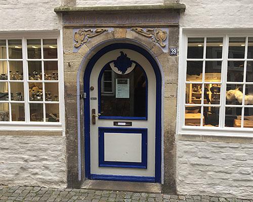 Alte Tür mit historischer Inschrift darüber