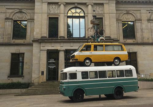 Nachbildung der Bremer Stadtmusikanten aus übereinander gestapelten Autobussen, Moped und Fahrrad vor der Bremer Kunsthalle