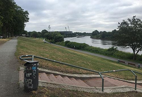 Blick über den Osterdeich auf die Weser und das Weserstadion