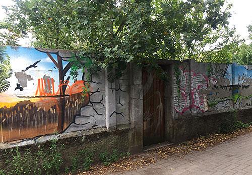 Bemalte Mauer im Kleingartengebiet