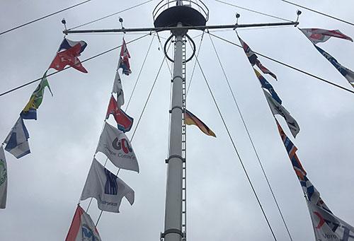Fahnenmast mit Flaggen