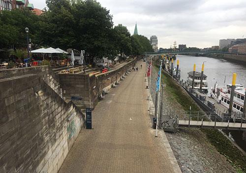 Blick von der Brücke auf die Weser, die Weserpromenade und die Biergärten an der Schlachte