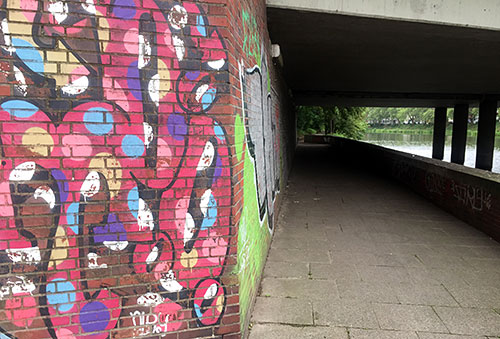 Graffiti-Malerei am Uferweg