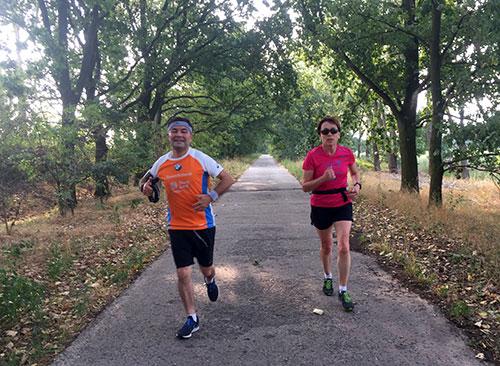 Läuferin und Läufer auf dem Weg Richtung Friederikenhof