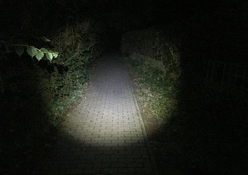 Laufen mit Stirnlampe durch die Dunkelheit