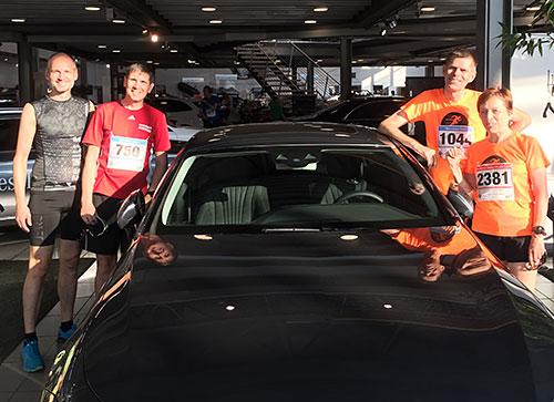 Gruppenbild Läuferin und Läufer im Autohaus